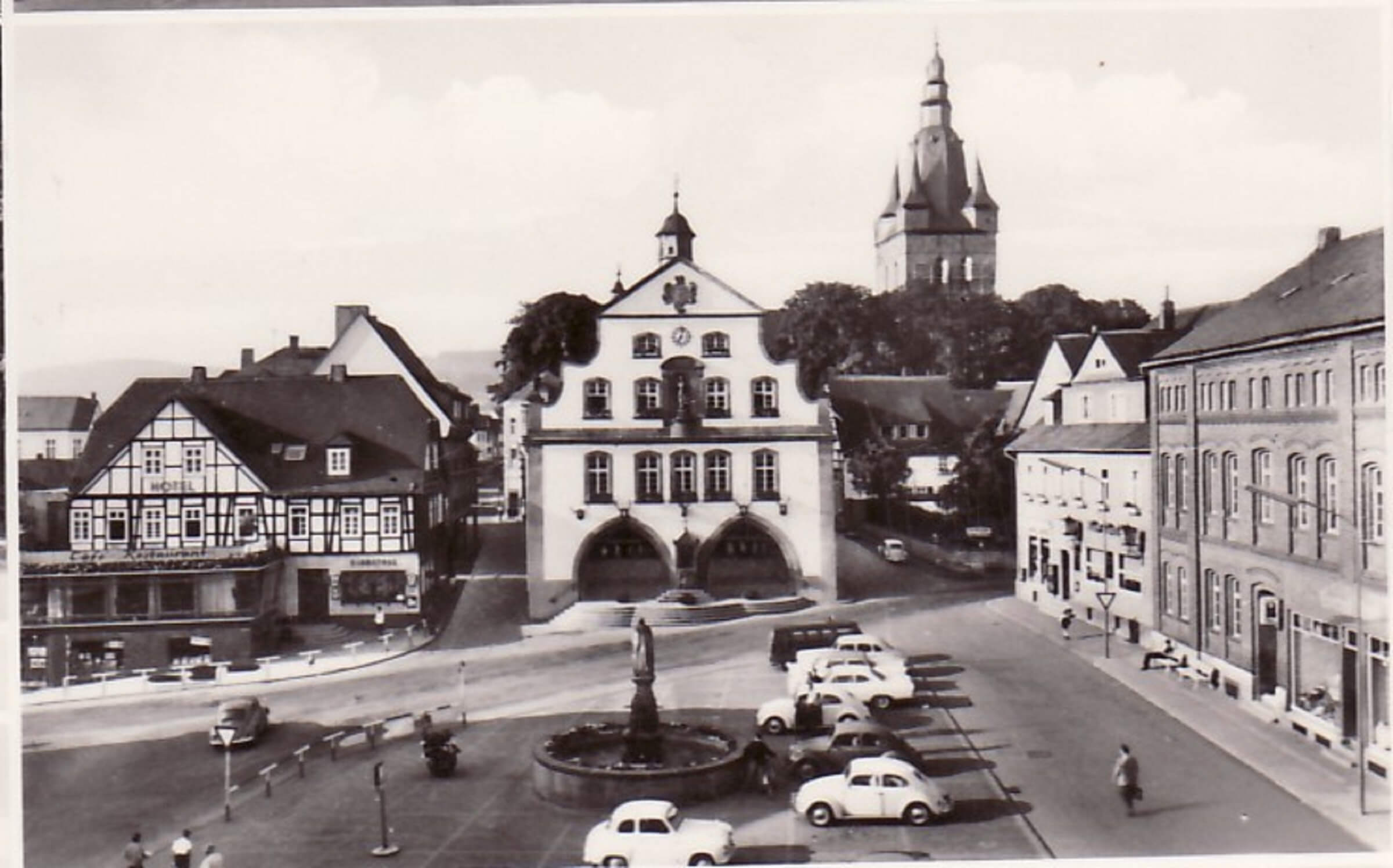 50er Jahre: Blick auf das historische Rathaus, das Haus Starke und den Marktplatz